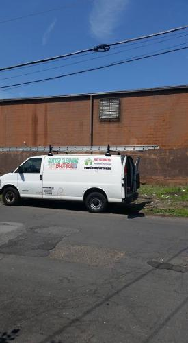 hbuilding-gutter-clean-truck